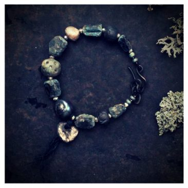 Käsintehty algiz riimu kyaniittirannekoru - Handmade rune kyanite bracelet