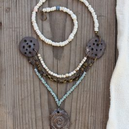 Kolme kaulakorua – Three necklaces