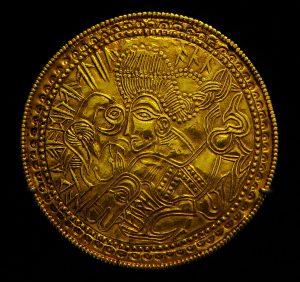 Bracteate with ritual runic inscription - Brakteaatti jossa rituaalinen riimukirjoitus